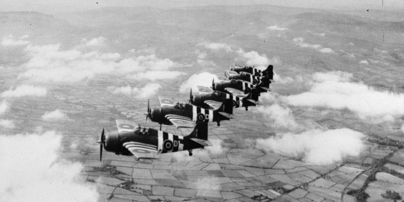 Британские истребители Грумман «Мартлет» в полете над Северной Ирландией. 1944 г.