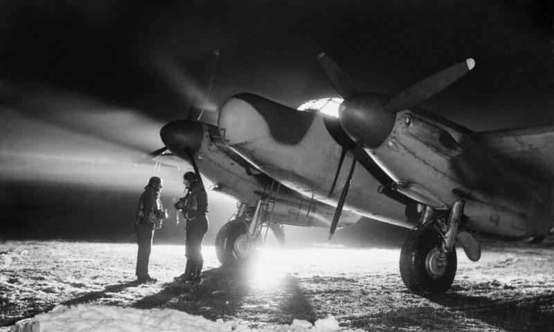 Экипаж ночного истребителя «Москито» на аэрэодроме Вандевилль во Франции. Январь 1945 г.