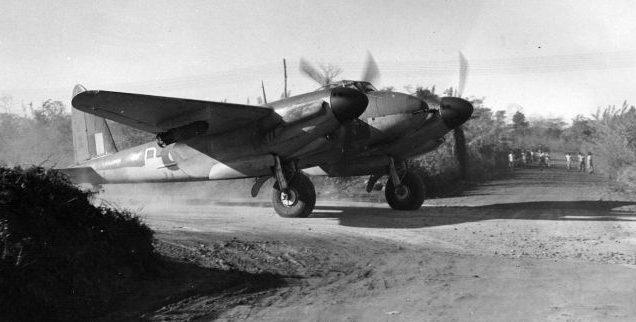 Штурмовик D.H.98 «Москито» во время рулежки на аэродроме авиабазы Кумбхирграм. Январь 1945 г.