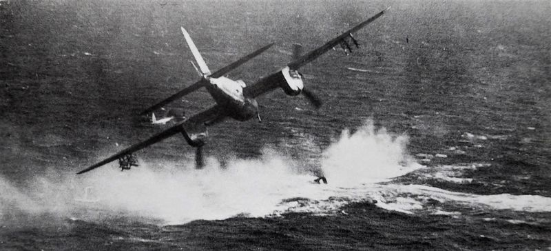 Истребитель-бомбардировщик «Москито» атакует немецкую подводную лодку в проливе Каттегат. 9 апреля 1945 г.