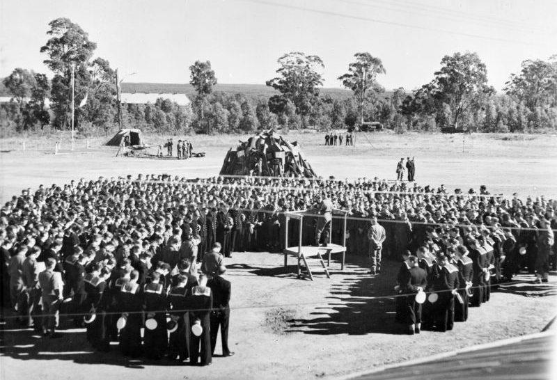 Религиозная служба на британской военно-морской авиабазе «Нэббингтон» в Австралии в честь победы над Германией. 8 мая 1945 г.