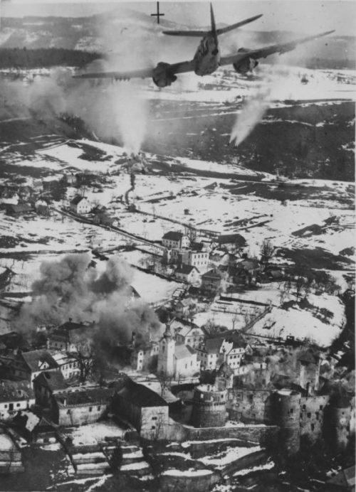 Штурмовик «Бофайтер» атакует ракетами немецкий укрепленный пункт в городе Жужемберк. 1945 г.