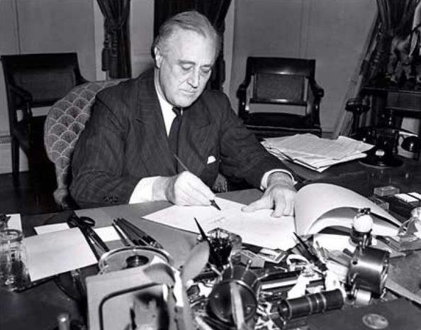 Президент США Франклин Д. Рузвельт подписывает закон о Ленд-лизе. Март 1941 г.