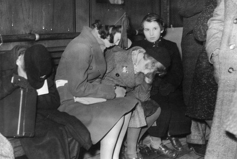 Молодые беженцы из первого детского транспорта после прибытия в Харвич. 2 декабря 1938 г.