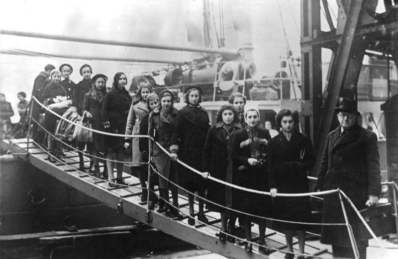Прибытие еврейских детей-беженцев в лондонский порт. Февраль 1939 г.