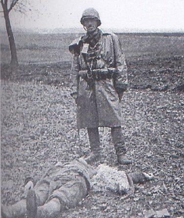 Боевик армии Крайовой над трупом украинского крестьянина, убитого в поле вблизи с. Сагринь.