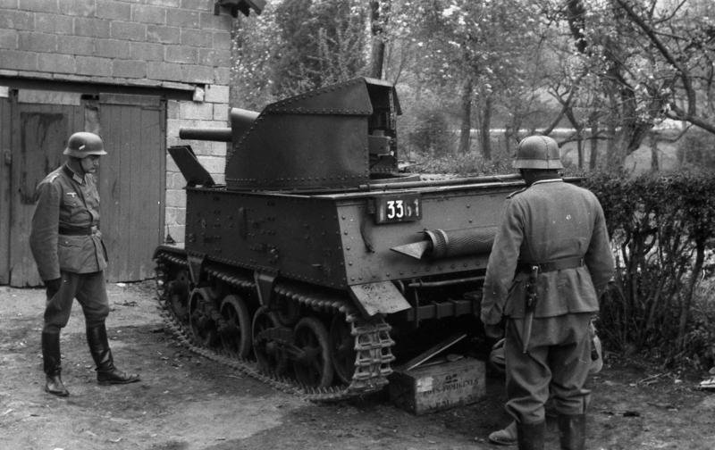 Немецкие солдаты у брошенной бельгийской САУ Т-13.