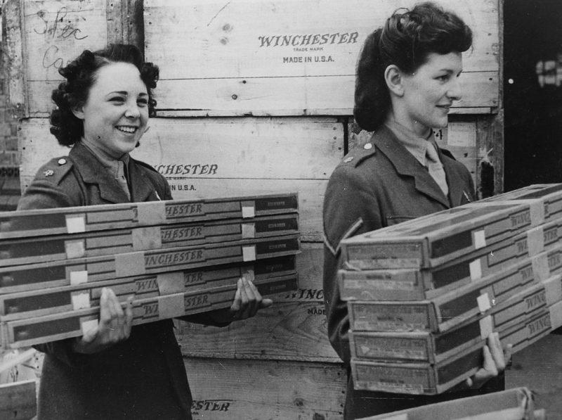 Английские девушки из вспомогательной службы переносят американские винтовки, прибывшие из США по ленд-лизу. 1941 г.