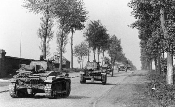 Немецкая танковая колонна в Бельгии.