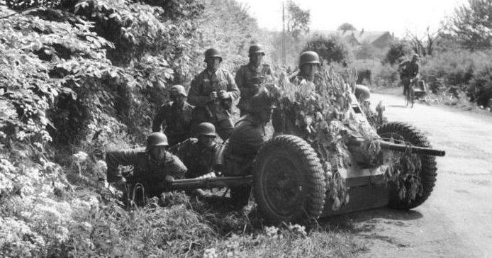Расчет немецкой 37-мм противотанковой пушки Pak 35/36 в Бельгии.