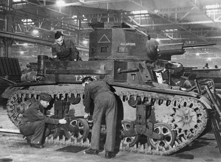 Британские техники осматривают легкий танк М-2, прибывший по Ленд-лизу из США. 1941 г.