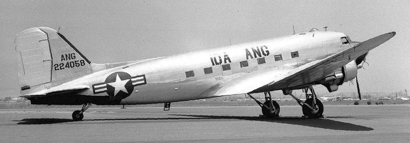Американский военно-транспортный самолет C-47, поставляемый в СССР. 1942 г.