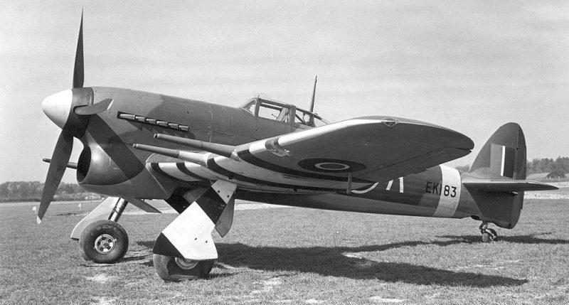 Британский одноместный истребитель-бомбардировщик Хо́укер Тайфун, поставляемый в СССР. 1942 г.