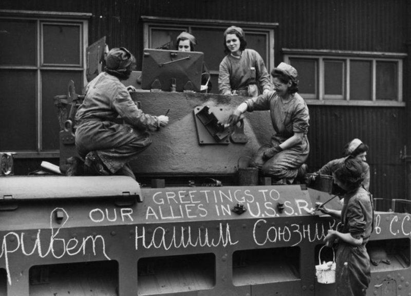 Подготовка танка в США к отправке в СССР. 1942 г.