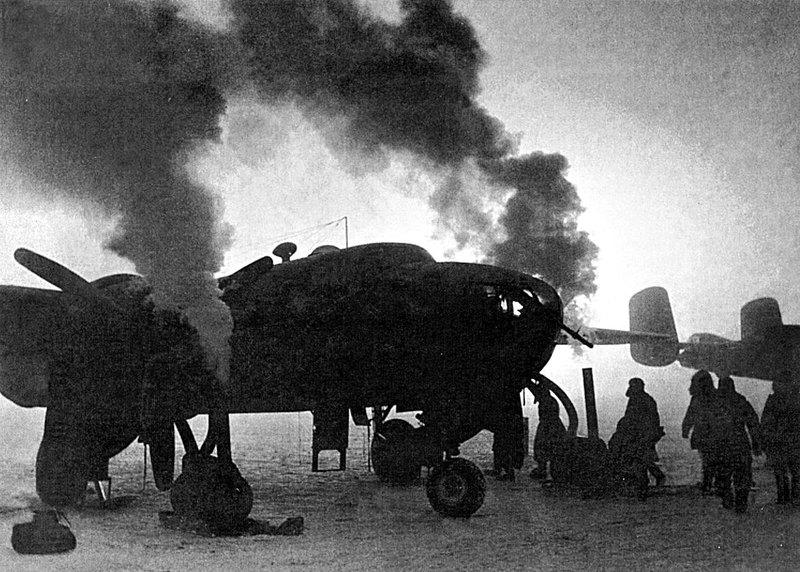 Разогрев двигателей самолетов на авиатрассе Ал-Сиб. Красноярск, 1942 г.