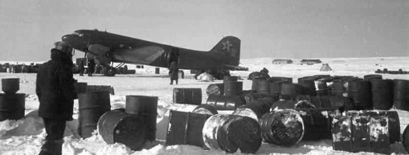 Самолет Ли-2 на аэродроме Ал-Сиба Сеймчан. 1942 г.