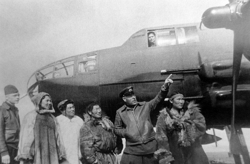Командир 2-го перегоночного авиаполка майор Мельников на аэродроме Уэлькаль знакомит местное население с авиатехникой Ленд-лиза. 1942 г.