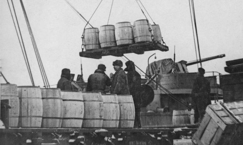 Разгрузка транспорта Союзников в Мурманском порту. 1942 г.