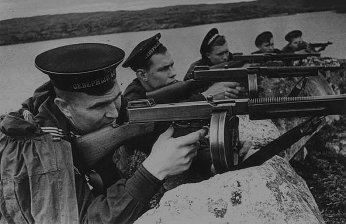 Американские автоматы, на вооружении краснофлотцев. 1942 г.