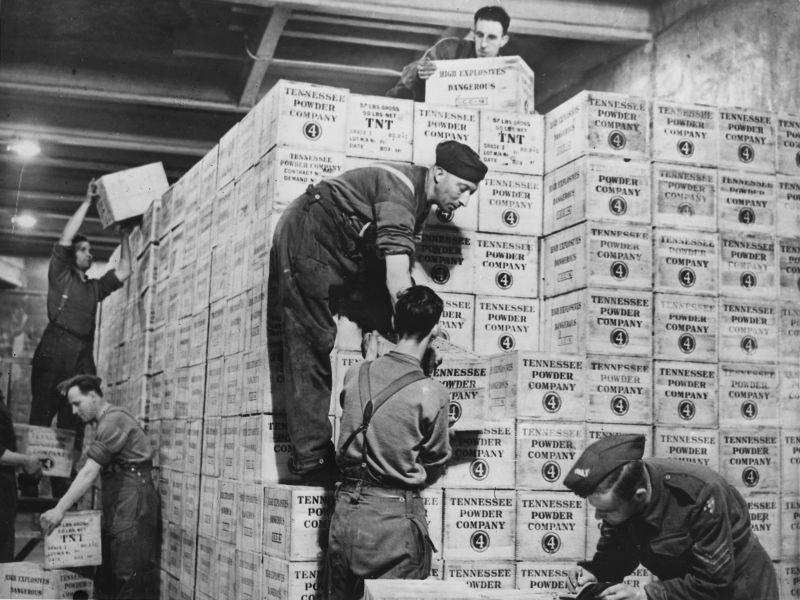 Британские солдаты на складе у ящиков с тринитротолуолом, полученных по Ленд-лизу из США. 1942 г.