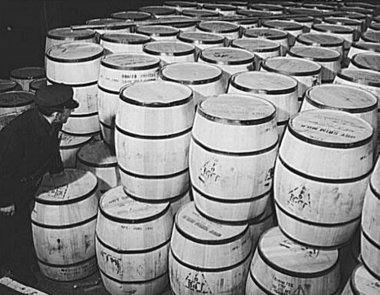 Бочки сухого молока, приготовленные в США для отправки в Англию и СССР. 1942 г.