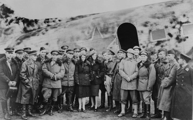 Первая делегация советских ВВС на фоне транспортного самолета на аэродроме Номе на Аляске. 1942 г.
