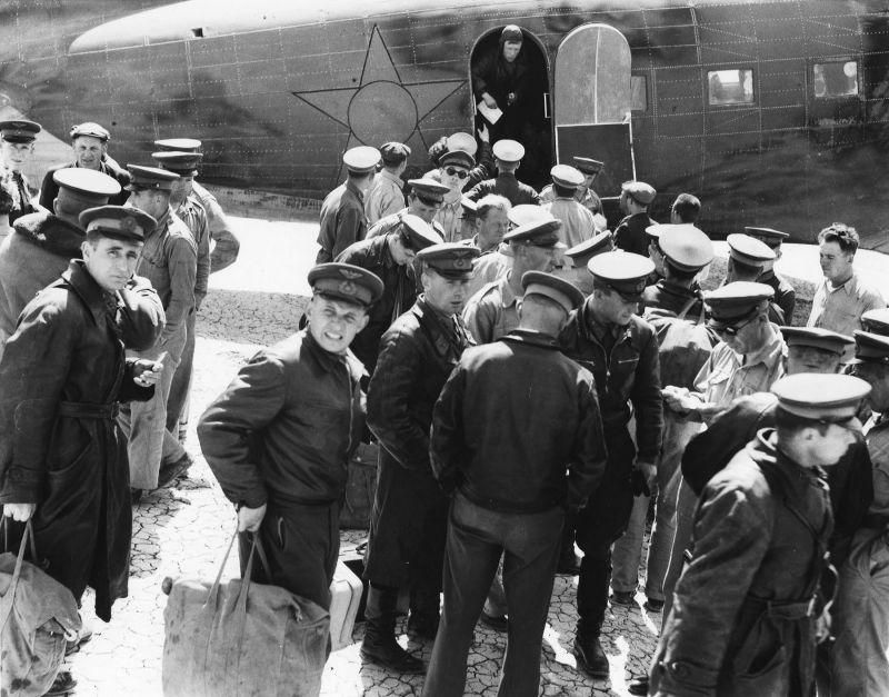 Советские пилоты прибыли на базу ВВС Abadan Field для приемки по Ленд-лизу и перегона самолетов в СССР. Иран 1942 г.