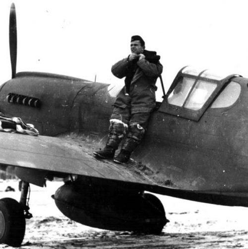 Начальник советской военной миссии в американском городе Фэрбенкс полковник М.Г.Мачин готовится к облёту истребителя P-40K. Январь 1943 г.