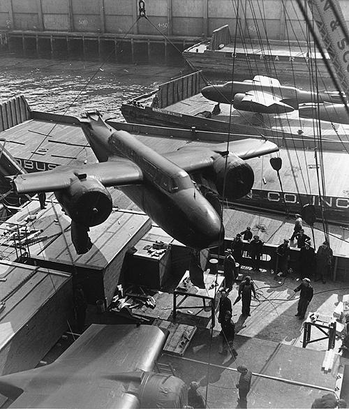 Погрузка бомбардировщиков A-20 в английском порту для отправки в СССР. Январь 1943 г.