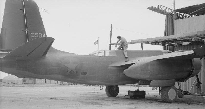 Американский авиатехник готовит бомбардировщик А-20 к перелету в СССР из Ирана. Март 1943 г.