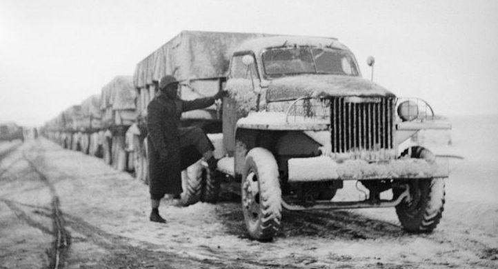 Американские грузовики Studebaker US6 на пути из Ирана в СССР. Март 1943 г.