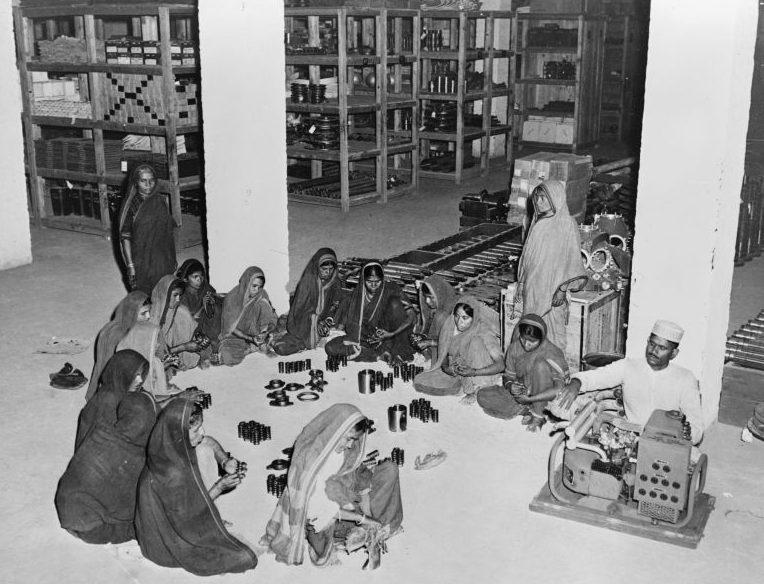 Индийские женщины протирают и смазывают детали танков, полученных по ленд-лизу. Апрель 1943 г.