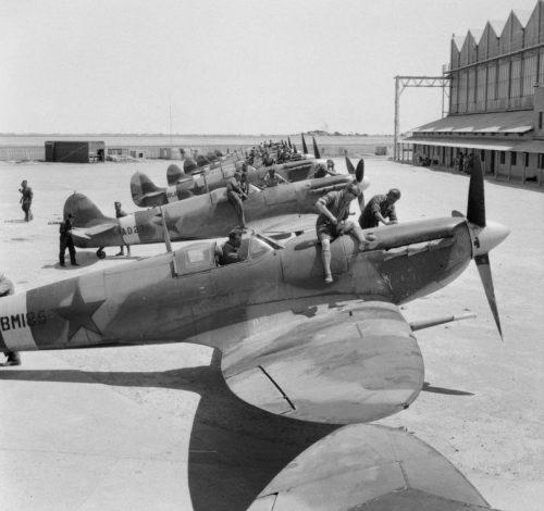 Подготовка британских истребителей «Спитфайр» для передачи советской стороне на аэродроме Абадан в Иране. Апрель 1943 г.