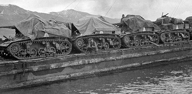 Десантная баржа с американскими легкими танками М-З «Стюарт», поставляемые по Ленд-лизу, направляются в район высадки морского десанта Станичка- Южная Озерейка. 1943 г.