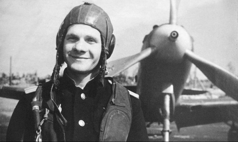 Советские летчики у американского истребителя Р-39 «Аэрокобра». 1943 г.