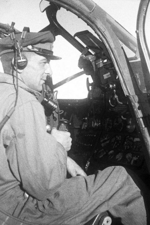 Проверка радиосвязи в истребителе P-63 «Кингкобра» перед перегоном в СССР. 1943 г.