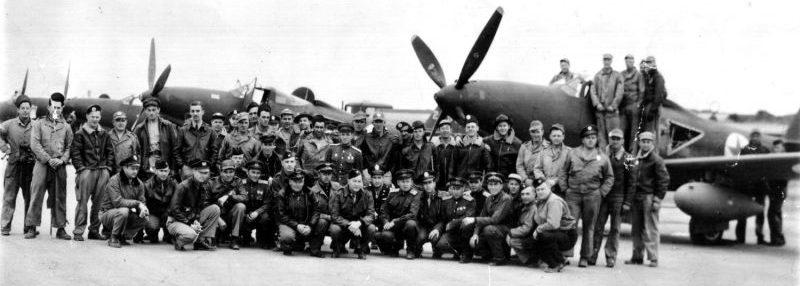 Снимок советских и американских летчиков-перегонщиков на фоне истребителей P-63 «Кингкобра». Аляска, 1943 г.