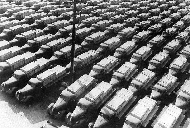 Американские грузовики, подготовленные к отправке в СССР. 1943 г.