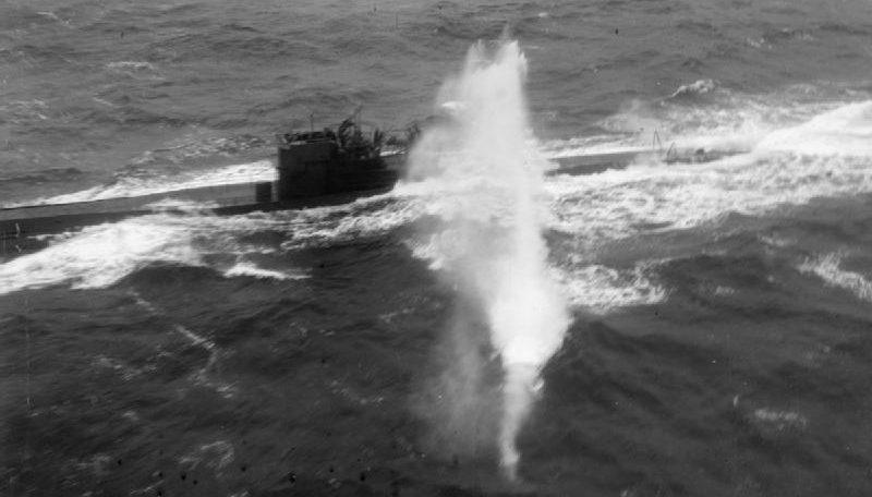 Пулемётная атака Эвенджера из охраны конвоя JW-58 на немецкую подлодку U-288. Апреля 1944 г.