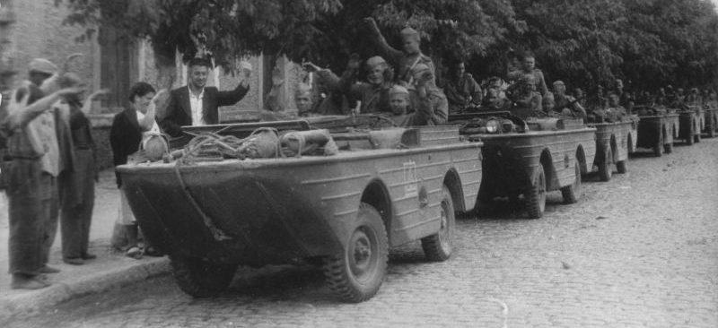 Жители Белгород-Днестровского встречают советских солдат-освободителей, сидящих в американских автомобилях-амфибиях Ford GPA, поставлявшихся в СССР по Ленд-лизу. Август 1944 г.