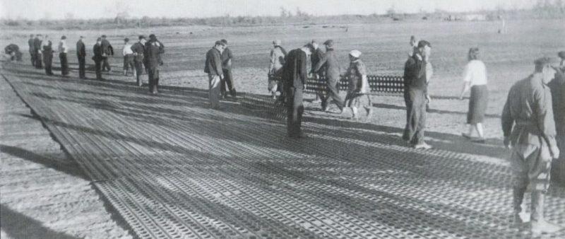 Идет укладка металлической полосы на аэродроме Танюрер для приема Ленд-лизовских самолетов. 1944 год.
