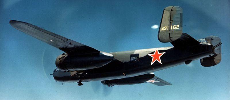 Американский бомбардировщик B-25J-30/32-NC «Митчелл» с советскими опознавательными знаками в полете над Аляской, во время перегона в СССР. 1944 г.