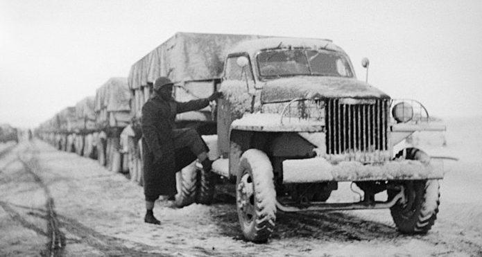 Колонна грузовиков армии США с припасами для СССР. Иран, 1943 г.