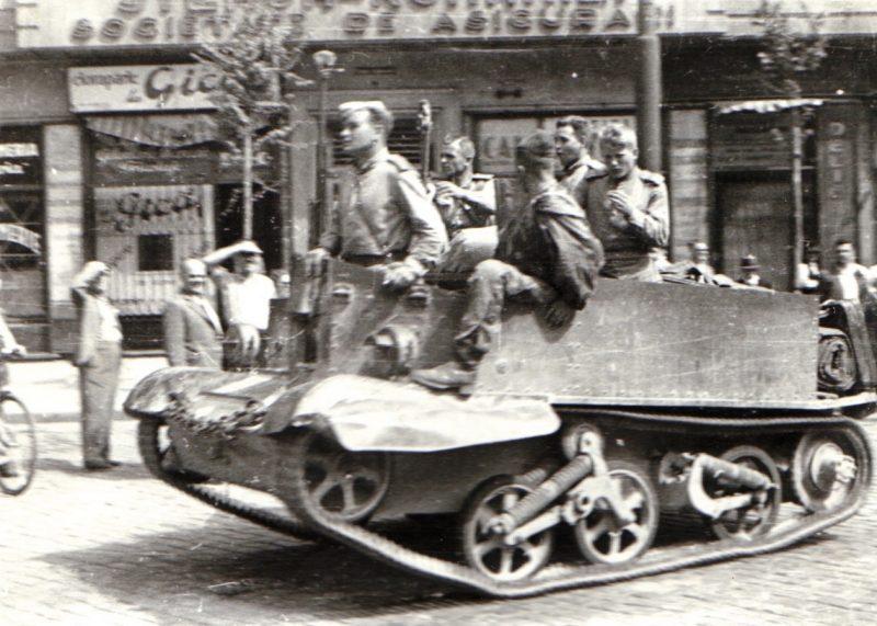 Солдаты Красной Армии в Бухаресте на британском 'Universal Carrier, поставленном по программе Ленд-лиза. Август 1944 г.