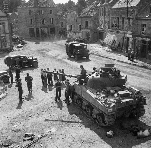 Британская армия с американским танком Шерман в деревне Путанг. 20 августа 1944 г.