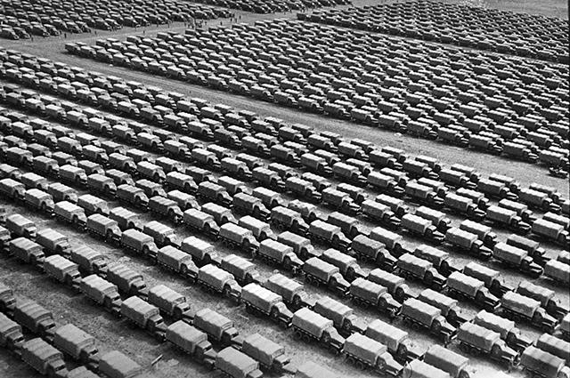 Грузовые автомобили «Студебекер», приготовлены для отправки на фронт. Резерв Ставки Верховного главнокомандования. Район Можайска, 1944 г.
