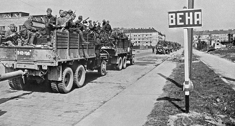 Студебеккеры на улице Вены. Апрель 1945 г.