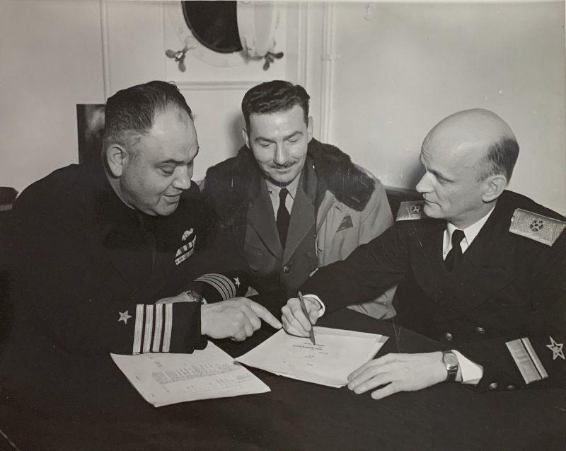 Капитан Уильям С. Максвелл, ВМС США и контр-адмирал Борис Попов обсуждают графики обучения 15 тысяч моряков советских экипажей. Апрель 1945 г.