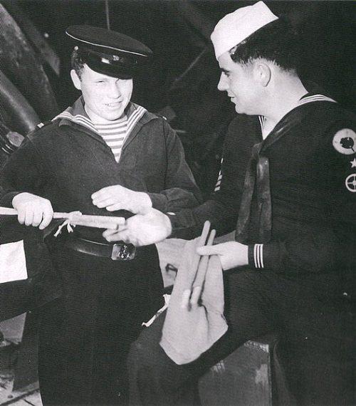 Связист ВМФ СССР проходит обучение у связиста ВМС США в Колд-Бэй. Май 1945 г.