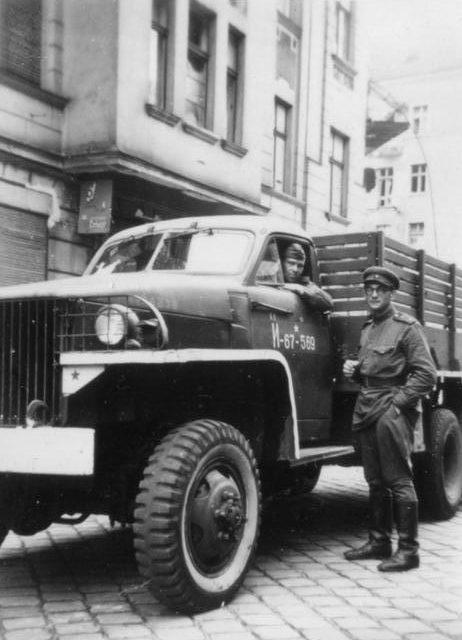 Советские воины у «Студебеккера» на улице Берлина. Май 1945 г.